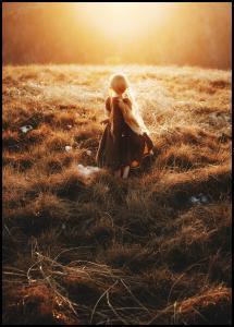 Bildverkstad Girl walks in the dew